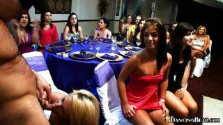 उमस भरे लड़कियां एक पार्टी में एक मुर्गा बांटने
