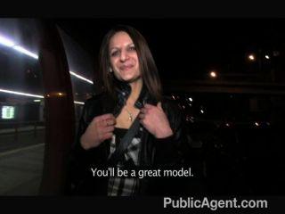 Publicagent - रोमाना जनता में स्तन बाहर हो जाता है