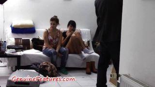 कुछ कामुक चेक लड़कियों के साथ मंच के पीछे वीडियो