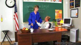 टेलर शिक्षक पर क्रश मानते हैं