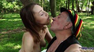 आवारा बूढ़े आदमी जंगल में एक नन्हा Fucks