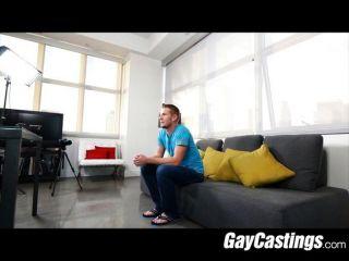 Gaycastings बालों नीचे शावक की दिखाना चाहता है