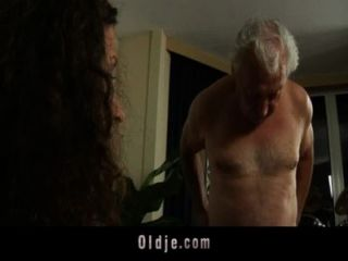 सफेद बालों वाली दादा Fucks कामुक स्टेफ़नी