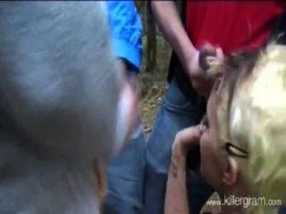 सुनहरे बालों वाली लड़की लोगों का एक समूह बनाम वन में आउटडोर