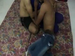 2 देसी लड़कों स्तन प्रेस के साथ भारतीय चाची