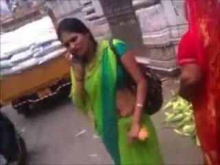 सार्वजनिक रूप से हरे रंग की साड़ी नाभि शो में मारवाड़ी चाची