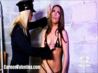 कारमेन Valentina कामुक महिला पुलिस द्वारा पीटा जाता है!