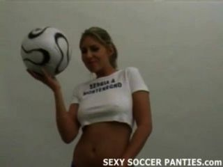 स्पोर्टी फुटबॉल महिला कुछ भी नहीं है लेकिन पैंटी में चिढ़ा