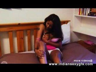 अलीशा वेब कैमरा में एकल भारतीय लड़की हस्तमैथुन