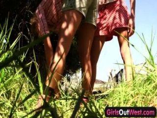 पश्चिम बाहर लड़कियों - पिछवाड़े में पतली गोरा समलैंगिकों