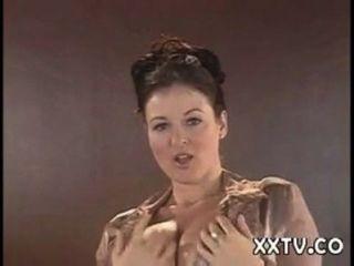 Lorna मॉर्गन उसके अधोवस्त्र स्ट्रिप्स और डेस्क पर बना हुआ है