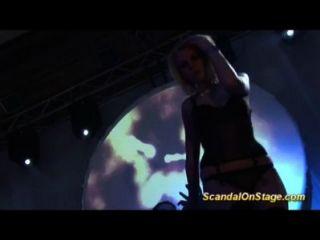 सार्वजनिक मंच पर नग्न गोरा Lapdance