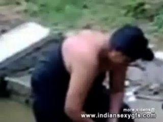 बालों बिल्ली के साथ बाहर उजागर उसके स्तन में भारतीय चाची स्नान - Indiansexygfs.com