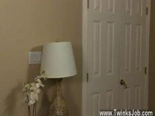 वीडियो Twink वह घंटों के बाद अपने मकान को तंग आदमी पर कॉल