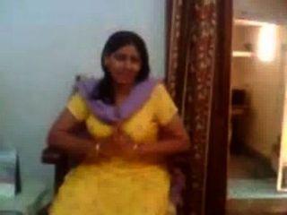 एक भारतीय चाची की भारतीय सेक्स वीडियो उसके बड़े Boobs-rawasex.com दिखा