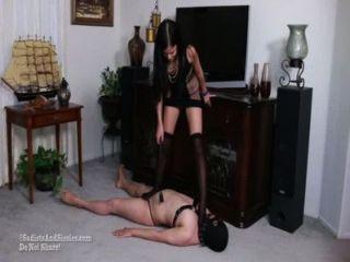 Sadists खेल खेल रहा है मालकिन;उप वेश्या जो सीबीटी लात मारी कुचल हो रही रोता