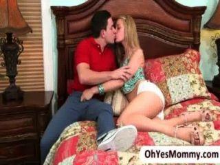 Stepmom ईवा किशोर Allie और उसके प्रेमी के साथ प्यार करने में मिलती है