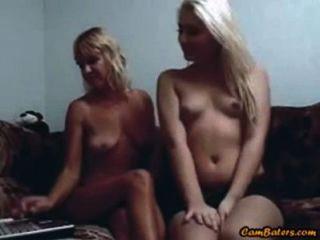 सुनहरे बालों वाली मां और उसकी बेटी वेबकैम पर खेलने