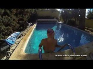 चमकती और एक पूल में सार्वजनिक सेक्स वीडियो