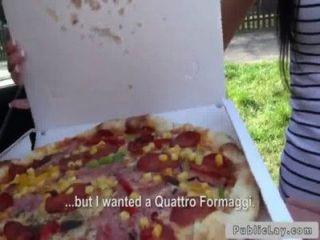 प्रसव सार्वजनिक आउटडोर में पिज्जा लड़की बैंग्स