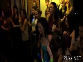 योंग लड़कियों को नृत्य के बाद Drilled