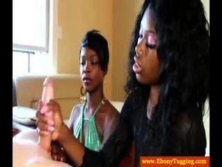 दो काले Ebonies डिक मरोड़ते