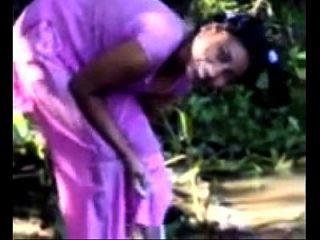 नदी दिखने वाली नदी में गांव की लड़की को स्नान करना