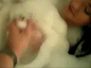 मुंडा बिल्ली स्नान के साथ विशाल प्राकृतिक स्तनों Gf