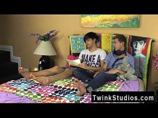 Twink सेक्स Jae Landen और Keith Conner सिर्फ दोस्त हैं ऊपर Stringing