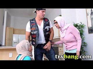 अरब मिया खलीफा और जूलियाना वेगा कदममाम त्रिगुट Trybang.com