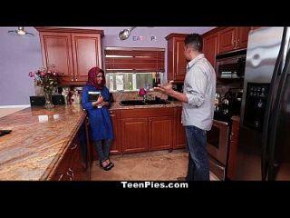 किशोरों की मुस्लिम लड़की आह लाइक डिक की प्रशंसा करती है