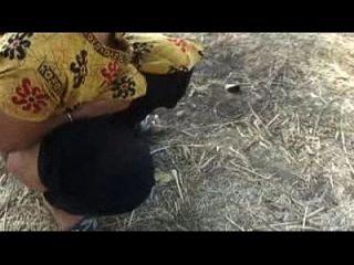 मोना भारतीय चाची पेशाब आउटडोर