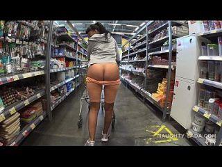 सुपरमार्केट में ऊंटो और चमकती