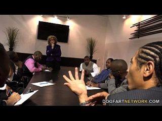 नीना हार्टले वोट के लिए काले लोगों को पढ़ता है