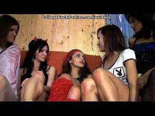 शरारती कॉलेज की लड़कियों के साथ डरावनी थीम पार्टी 2 दृश्य