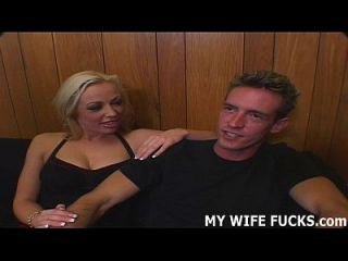आपकी पत्नी को आपको प्रदान करने की अपेक्षा अधिक संतोष की आवश्यकता होती है