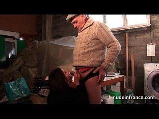 शौकिया युवा श्यामला गधा बकवास में त्रिगुट के साथ Papy दृश्यरतिक