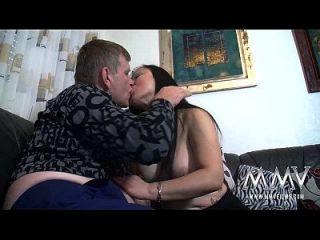 एमएमवी फिल्मों में नौकरानी के विशाल स्तन हैं I