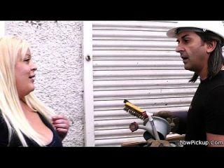 गोरा गलफुल्ला के साथ मिलना सेक्स की ओर जाता है