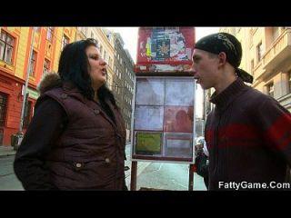 वसा लड़की सड़क से पतला लड़का उठाती है