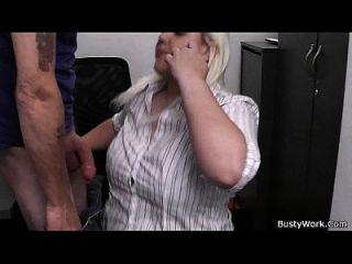 काम पर सुनहरे बालों वाली गोरा महिला गड़बड़ हो जाता है