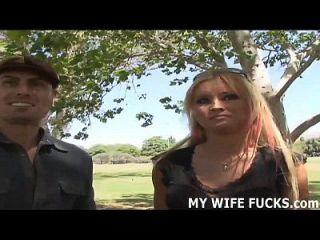 अपनी पत्नी को एक बड़ी चुस्त पुरुष अभिनेता द्वारा गड़बड़ देख