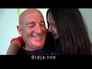 बूढ़े आदमी रसोई की मेज पर अपनी युवा पत्नी Fucks