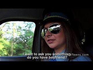 कार में डिक चूसने किशोर पुलिस महिला