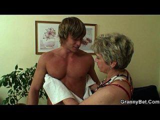 सोफे पर युवा लड़के पाउंड पुरानी दादी