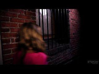 शुद्धता लिन एक व्यक्ति को रंग में एक त्रिगुट रखते हुए, दृश्य # 04