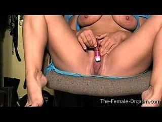 बड़े स्तन के साथ Milf और मांसल गीला बिल्ली Masturbating