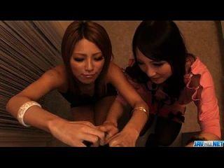 Akari Kimishima उसके दोस्त के साथ मुर्गा बांटने का आनंद मिलता है
