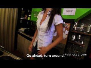 सार्वजनिक पूल बार में सेक्सी श्यामला लैटिन बैंग्स
