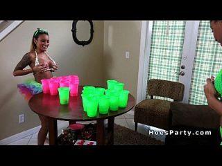 शौकिया लड़कियां चमकती और पार्टी में कमबख्त